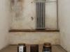 Jedna z cel izolatek. Urny z ziemią z niemieckich, nazistowskich obozów koncentracyjnych. (fot. Tadeusz Stani, Muzeum Niepodległości w Warszawie)